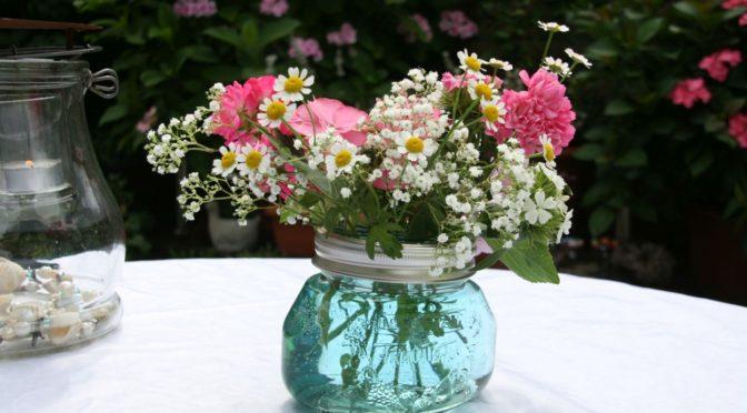 Garten- und Wildblumen in der selbstgemachten Vase